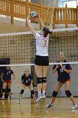KAPOSVAR, Hungría - 18 de mayo: Zsuzsanna Talas (7) en acción en la final de la húngara de voleibol