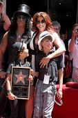 LOS ANGELES - 9 de JUL: Slash, esposa Perla y dos hijos en el Hollywood Walk de fama ceremonia de Slas