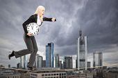 Retrato de cuerpo entero de una empresaria que se ejecuta en una cuerda en el centro de negocios de Frankfurt, Germa