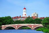 John W. weken Bridge en klokkentoren over Charles rivier in Harvard University campus in Boston met