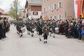 Miesbach / Germany / Bavaria - 05.May: Proteja la banda de marcha desde Elbach en Bad Tölz en el aju
