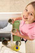 Jovem reciclagem resíduos em casa