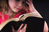 Seria busca chica estudiando el pasaje de la Biblia