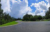 Große Kurve in Road mit dramatischen Himmel über den Kopf