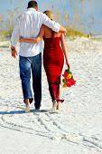 Paar in liefde verlaten strand samen