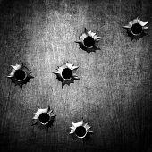 metal com buraco de bala