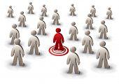 una persona orientada entre la multitud