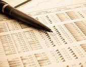 caneta e indicadores financeiros