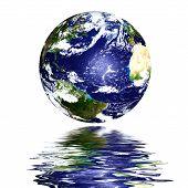 Planeta tierra reflejada sobre el agua