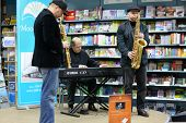 Moskau - 13 NOV: Igor Bril, seine Söhne Alexander und Dmitry Saxophonisten Musik spielen bei Präsentation des