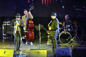 Moskau - 15. NOVEMBER: Alexander und Dmitry Brill spielt Saxophon bei Brilliant Jazz-Club-Konzert in ich