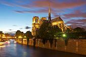 Notre-Dame in der Abenddämmerung