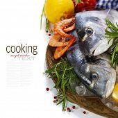 pescados y mariscos frescos y verduras sobre hielo - comida y bebida (con texto de muestra extraíble fácil)