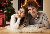 junges Paar zusammen Weihnachten zu feiern