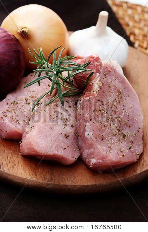Постер, плакат: сырой свинины готовы сделать ужин еда и напитки, холст на подрамнике