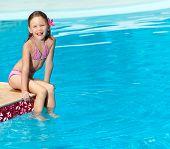 menina feliz na natação natação terno