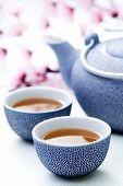 zwei Tassen Tee mit rosa Blumen - Essen und trinken