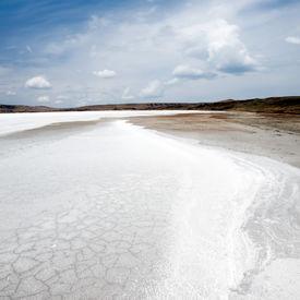 picture of crystal salt  - Snowy salt surface on brine lake - JPG