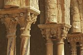 Detalle de mosaico de columnas y capiteles en claustro Monreale, cerca de Palermo, Sicilia