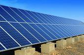 panel solar con casa desierto