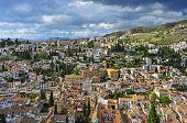 eine Ansicht des Albaicín und Sacromonte in Granada, Spanien