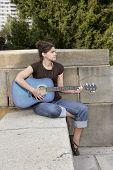 Vrouw gitarist spelen