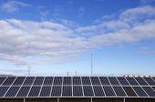 paneles solares para la producción de energía con el hermoso cielo
