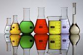 voorhoede van een laboratorium kolven gevuld met gekleurde vloeistof