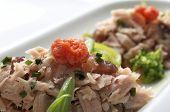 voorhoede van een amuse van tonijn, tomaat en groenten