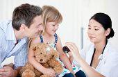 Seguro médico de mujer dando jarabe a una niña