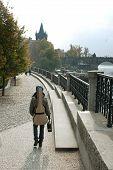Постер, плакат: Музыкант и гитара прогулки вдоль эспланады в Праге