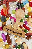 carimbo em tabletes coloridos, foto simbólica para hipertensão, prescrição e medicamentos