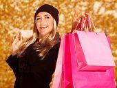 Imagens de menina shopper segurando apresenta sacos na mão, cliente bonito apreciar venda temporada outonal