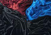 blau, rot und schwarz glänzend samt ist prägende Falten und Licht-Schatten-Bild