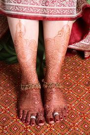 pic of dulhan  - heena on feet of indian bride wearing foot jewelery - JPG