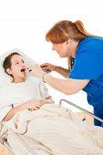 Krankenschwester sieht In Childs Kehle