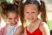 Porträt von zwei Pferdeschwanz-Mädchen.