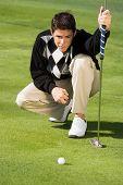 Golfista alinhando putt