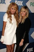 SLOS ANGELES - 1 de AUG: Paulina Rubio, Demi Lovato chega na festa Fox All-Star verão 2013 TCA