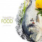 pescado fresco dorada con tomillo y limón sobre blanco - comida y bebida (con texto de muestra extraíble fácil)