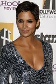 LOS ANGELES - 25 de OCT: Halle Berry llega a la XIV Gala anual de premios de Hollywood en Beverly Hilto