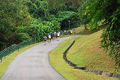 Homens correndo concorrência ajuda nos parques