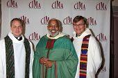 LOS ANGELES - 20 de FEB: Padre J Glenn Murray (C), los sacerdotes llega a los católicos de 2011 en los medios de comunicación culo