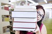 Mädchen Student hinter Bücher