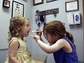 Duas menina fazendo médico