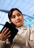 Mujer de negocios, escribir su horario en su organizador