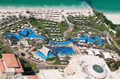 Área de piscina e praia do hotel de luxo