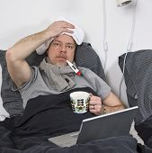 Hombre enfermo en cama