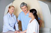Multiethnischen radiologische Techniker mit Reife Frau geduldig lächelnd auf Sie