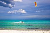 Kitesurfer e praia branca